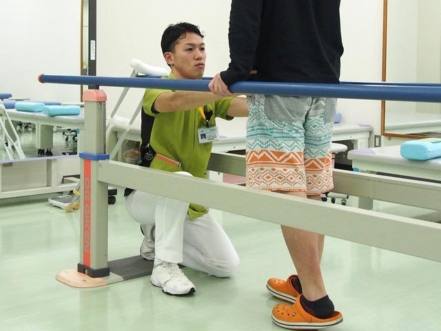 入院患者さんの訓練(2Fリハビリテーション室内にて)
